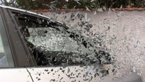 Ein kaputtes Auto, Scheibe zerspringt