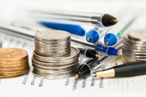 Geld und Stifte liegen auf einem Tisch